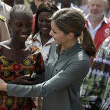 La Reina Letizia, muy cariñosa con una joven en la granja Naatangué de Senegal