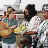 La Reina Letizia recibe un regalos en el final de su viaje a Senegal