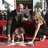 Dwayne Johnson recibe su estrella en el paseo de la fama junto a su familia