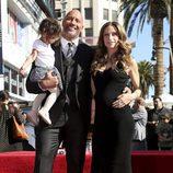 Dwayne Johnson junto a su familia recibiendo su estrella en el paseo de la fama