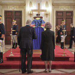 Los Reyes Juan Carlos y Sofía en la capilla ardiente de Miguel de Rumanía