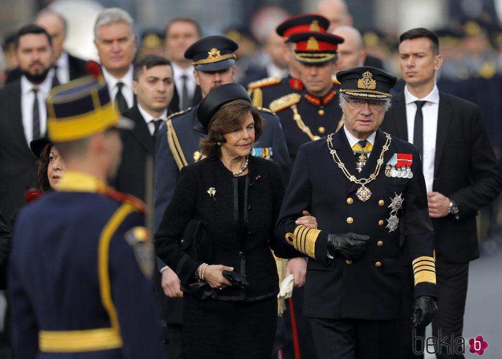 Carlos Gustavo y Silvia de Suecia en el funeral de Miguel de Rumanía