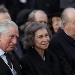 Los Reyes Juan Carlos y Sofía y el Príncipe Carlos en el funeral de Miguel de Rumanía