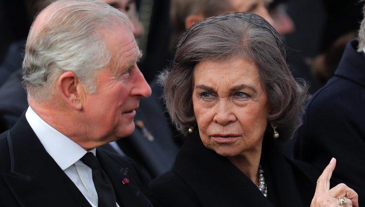 La Reina Sofía hablando con el Príncipe Carlos en el funeral de Miguel de Rumanía
