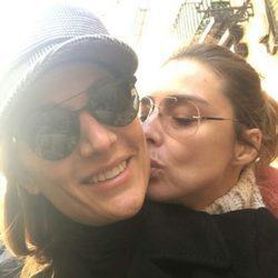 Sandra Barneda dando un beso a Nagore Robles