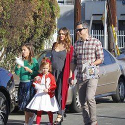 Jessica Alba y su familia preparan la Navidad