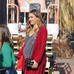 Jessica Alba muy embarazada de paseo familiar navideño