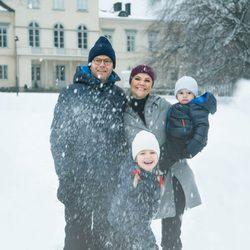 Victoria y Daniel de Suecia y sus hijos Estela y Oscar felicitan la Navidad 2017