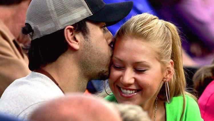 Enrique Iglesias besa a Anna Kournikova