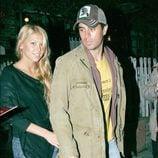 Enrique Iglesias y Anna Kournikova paseando por Beverly Hills