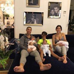 Cristiano Ronaldo y Georgina Rodríguez con sus cuatro hijos