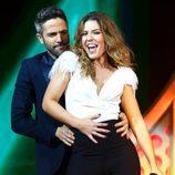 Miriam baila con Roberto Leal durante su actuación en la Gala 8 de 'OT 2017'