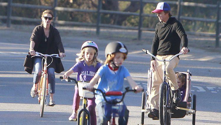 Julia Roberts con su marido y sus hijos dando paseos
