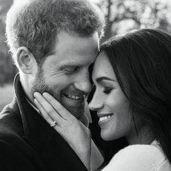 El Príncipe Harry y Meghan Markle, muy enamorados en su foto oficial de compromiso