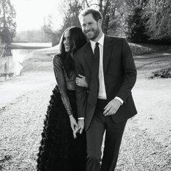 El Príncipe Harry y Meghan Markle pasean enamorados por Windsor