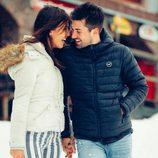 Sofia Suescun y Alejandro Albalá cogidos de la mano en la nieve