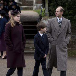 El Príncipe Eduardo con sus hijos Lady Louise y James Mountbatten-Windsor en la Misa de Navidad 2017
