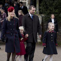 Peter Phillips y Autumn Kelly con sus hijas en la Misa de Navidad 2017 en Sandringham