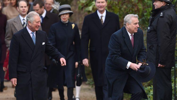 El Príncipe Carlos, el Príncipe Andrés, el Príncipe Eduardo, la Princesa Ana y Sir Timothy Laurence en la Misa de Navidad 2017
