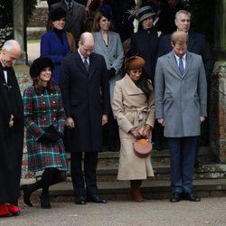 Los Duques de Cambridge, el Príncipe Harry y Meghan Markle hacen una reverencia a la Reina Isabel en la Misa de Navidad 2017