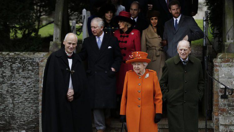 La Reina Isabel, el Duque de Edimburgo, el Príncipe Carlos, Camilla Parker, el Príncipe Harry y Meghan Markle en la Misa de Navidad 2017