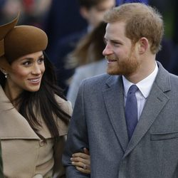 El Príncipe Harry y Meghan Markle, muy enamorados en la Misa de Navidad en Sandringham