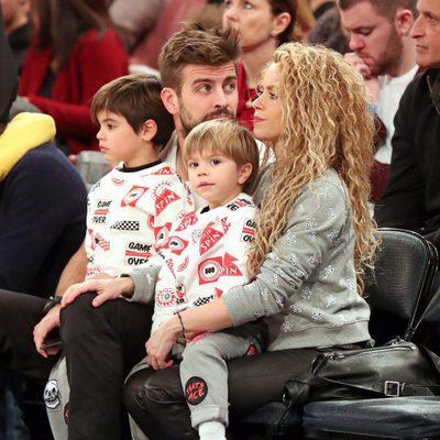 Shakira y Gerard Piqué con Milan y Sasha disfrutando de un partido de la NBA