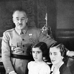 Carmen Franco cuando era una niña con sus padres