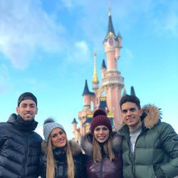 Melissa Jimenez, Marc Bartra, Sergio Busquets y Elena Galera en Disneyland