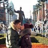 Marc Bartra y Melissa Jiménez, muy enamorados en Disneyland