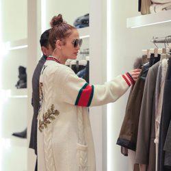 Jennifer Lopez de compras en una tienda de ropa