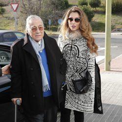 Paloma Cuevas y su padre Victoriano Valencia acudiendo al tanatorio tras la muerte de Carmen Franco