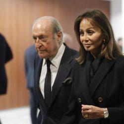 Isabel Preysler y Tomás Terry acudiendo al tanatorio tras la muerte de Carmen Franco