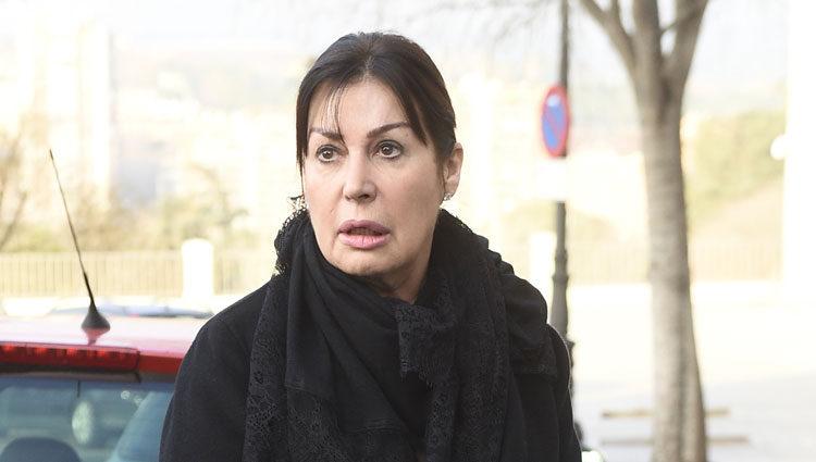 Carmen Martínez-Bordiú llevando los restos mortales de su madre a la cripta de La Almudena