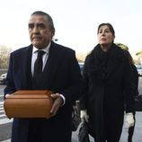 Carmen Martínez-Bordiú y Jaime Martínez-Bordiú llevando los restos de Carmen Franco