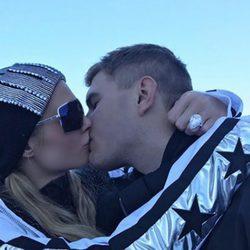 Chris Zylka le pide matrimonio a Paris Hilton