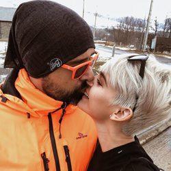 Risto Mejide y Laura Escanes se besan en la nieve