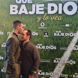 Joel Bosqued dando un beso a El Langui