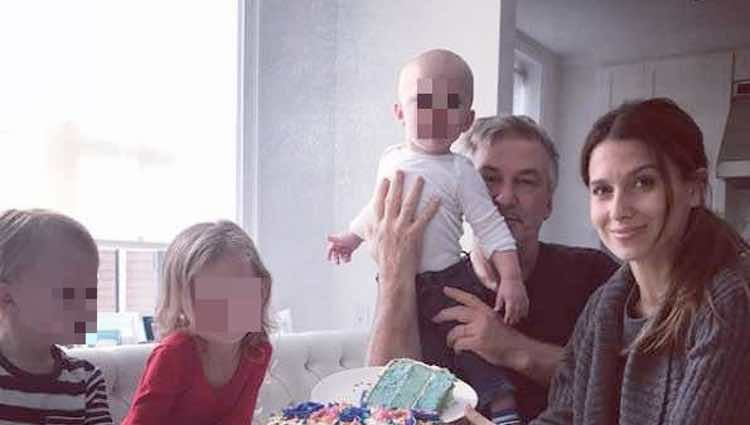 Alec Balwin e Hilaria Thomas anunciando que volverán a ser padres