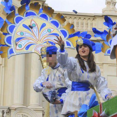 Tana Rivera lanzando caramelos desde la carroza del Rey Baltasar de Sevilla