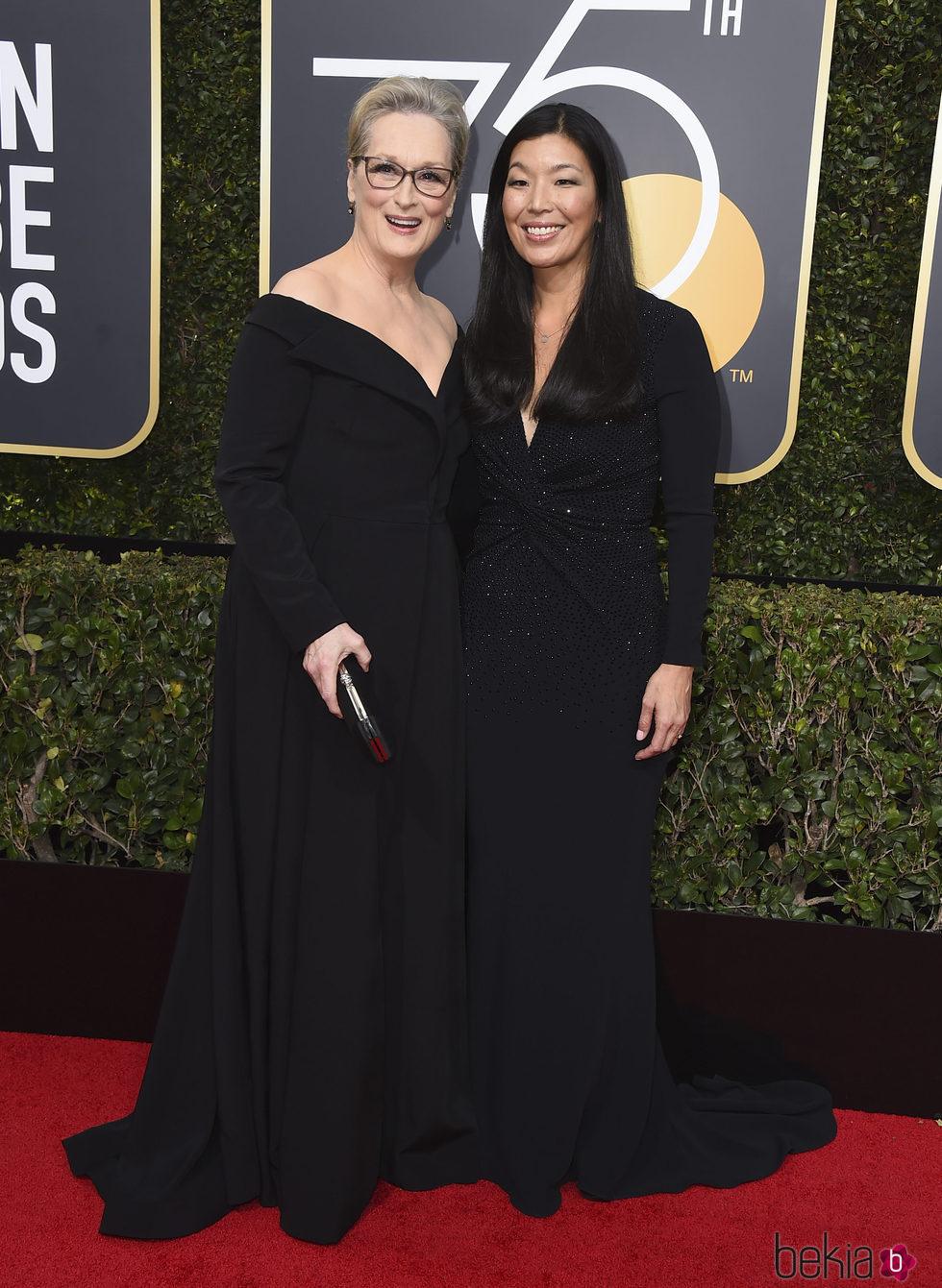 Meryl Streep y Ai-Jen Poo en la alfombra roja de Globos de Oro 2018