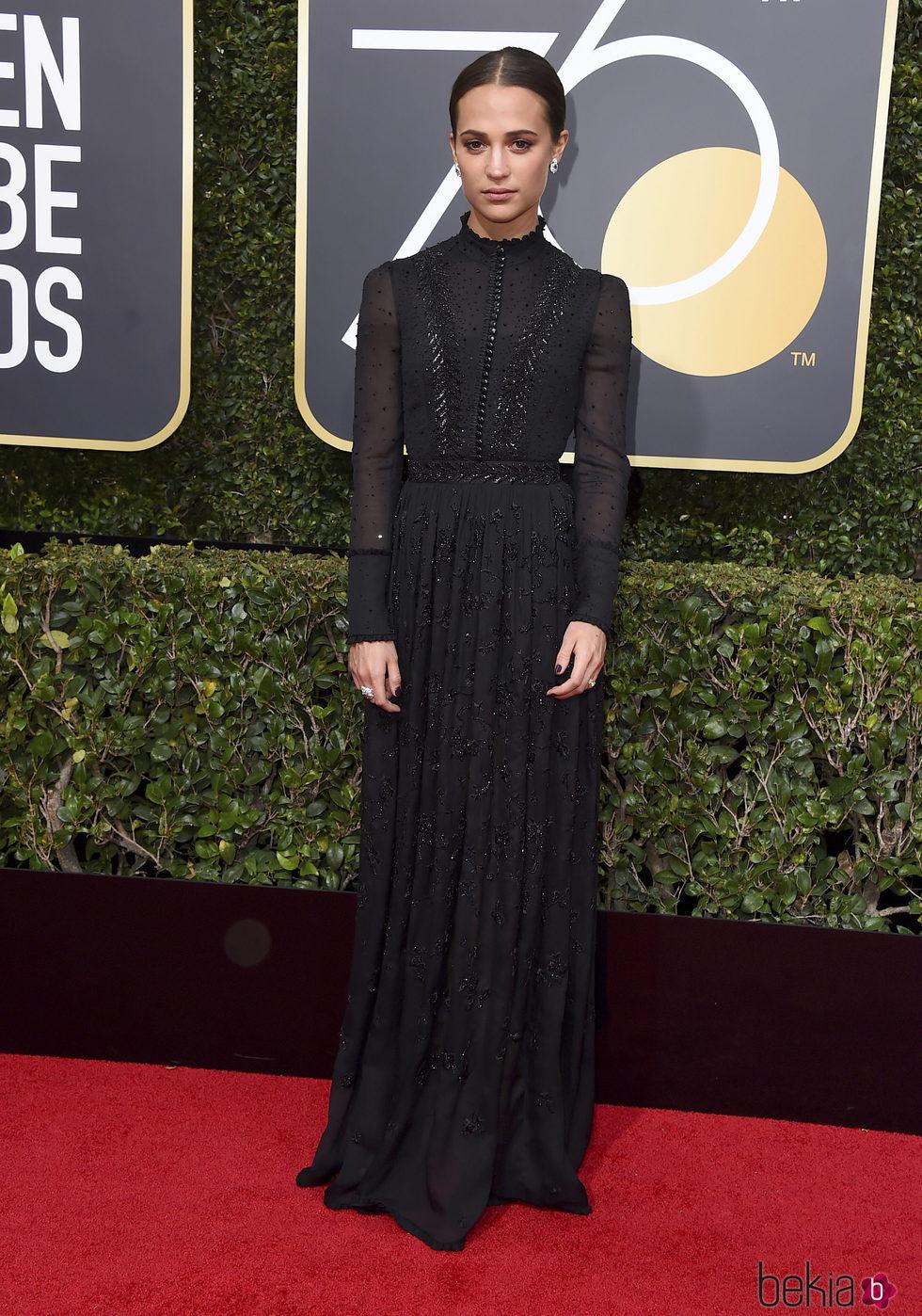 Alicia Vikander en la alfombra roja de los Globos de Oro 2018