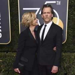 Kevin Bacon y su mujer Kyra Sedgwick en la alfombra roja de los Globos de Oro 2018