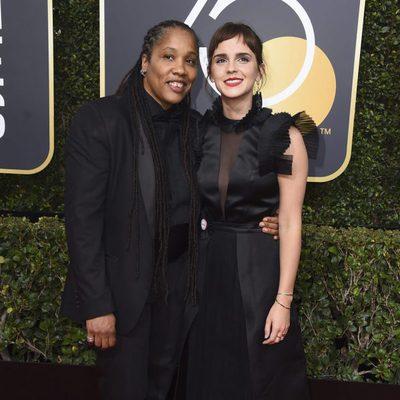 Emma Watson y Marai Larasi en la alfombra roja de los Globos de Oro 2018