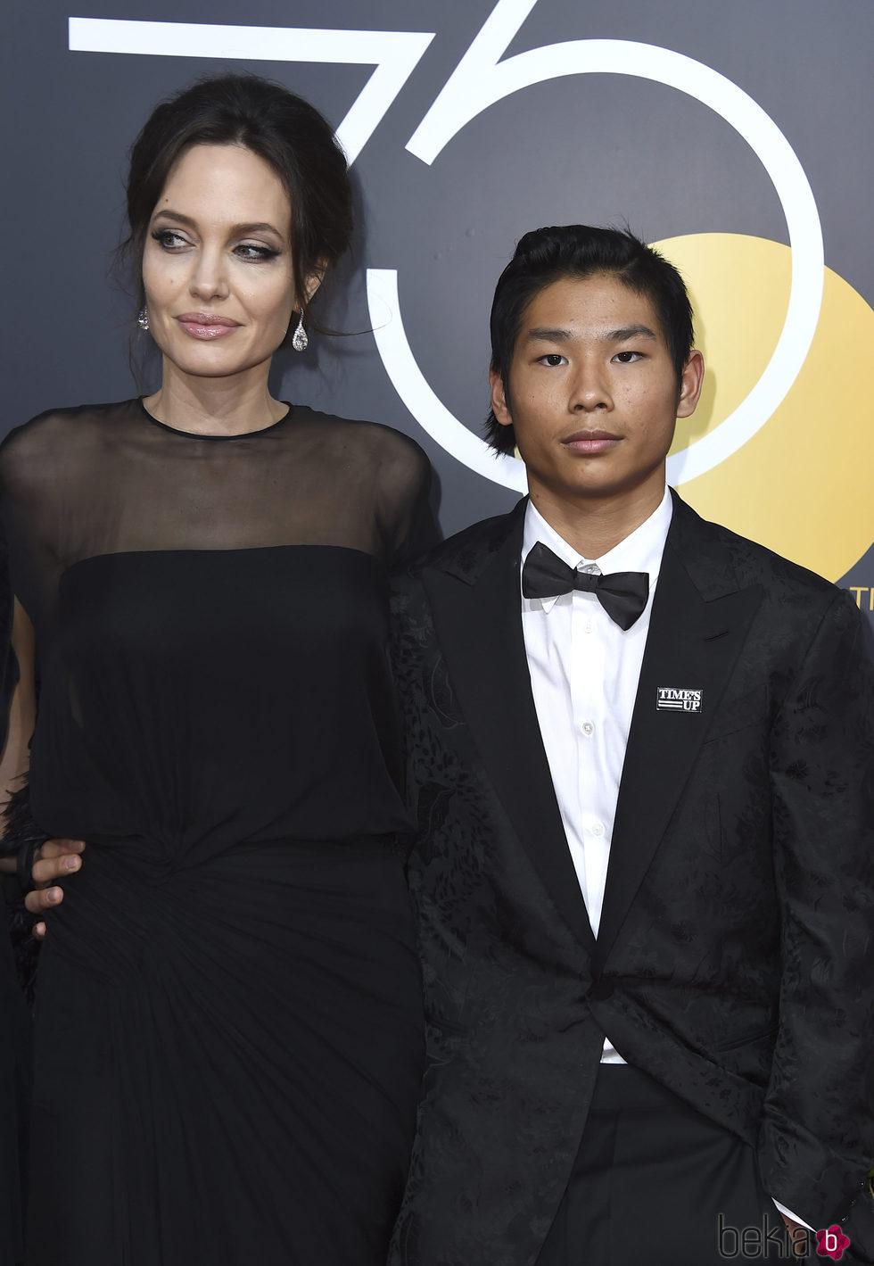 Angelina Jolie y su hijo Maddox en la alfombra roja de los Globos de Oro 2018