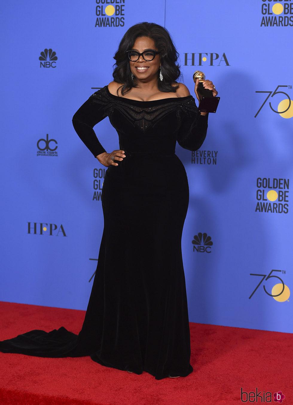 Oprah Winfrey posa con su Globo de Oro honorífico del 2018