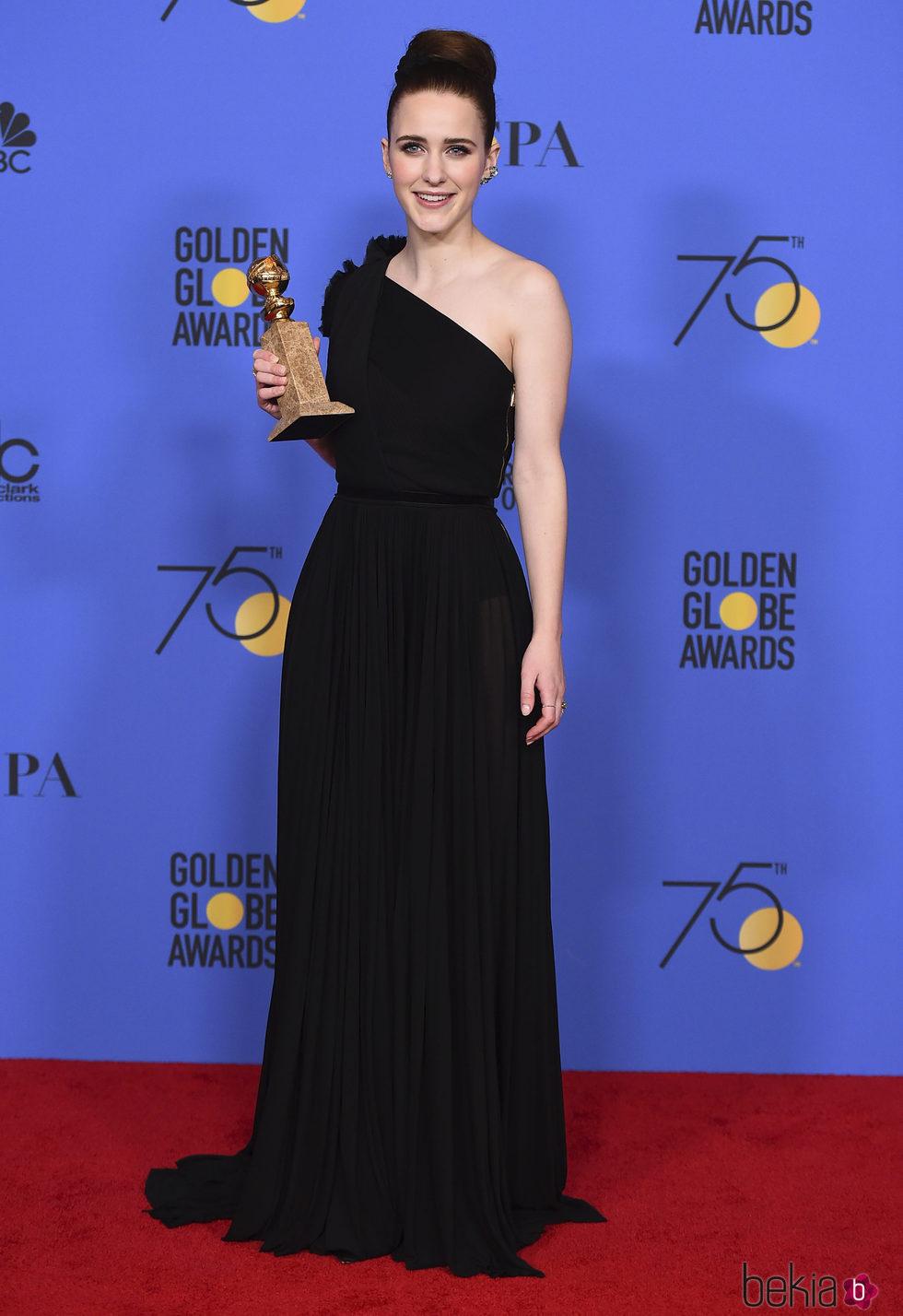 Rachel Brosnahan con su Globo de Oro 2018 por 'The Marvelous Mrs. Maisel'