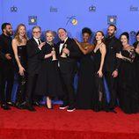 El cast de 'The Handmaid´s Tale' posa con su dos Globos de Oro 2018 conseguidos