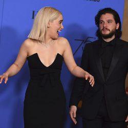 Kit Harington y Emilia Clarke en los Globos de Oro 2018