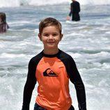 Vicente de Dinamarca dándose un baño en el mar en Australia